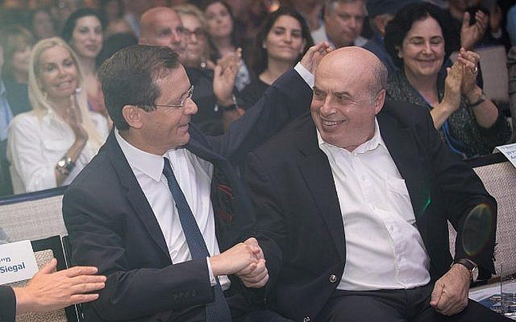 Le président entrant de l'Agence juive Isaac Herzog avec le président sortant Natan Sharansky, à la conférence du conseil d'administration de l'Agence juive, à l'hôtel Orient à Jérusalem, le 24 juin 2018. (Hadas Parush/Flash90)