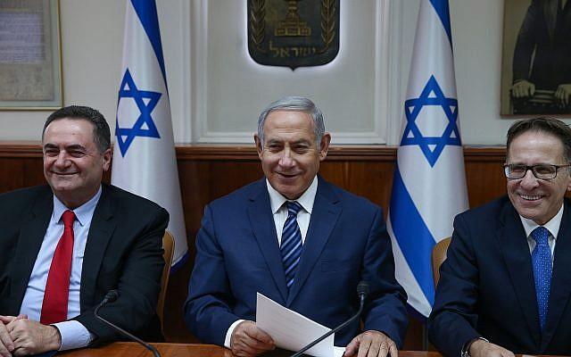 Le Premier ministre Benjamin Netanyahu (au centre) lors de la conférence gouvernementale hebdomadaire au bureau du Premier ministre à Jérusalem le 1er juillet 2018. (Ohad Zwigenberg/POOL)