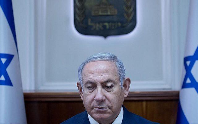 Le Premier ministre Benjamin Netanyahu à la conférence hebdomadaire du gouvernement à la résidence du bureau du Premier ministre de Jérusalem, le 1er juillet 2018 (Crédit : Ohad Zwigenberg/POOL)