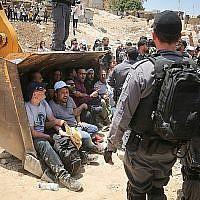 Des policiers israéliens affrontent des manifestants palestiniens dans le village bédouin d'al-Khan al-Ahmar le 4 juillet 2018. (Flash90)