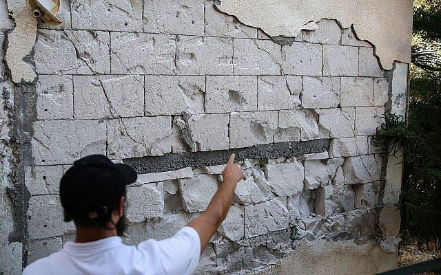 Les dégâts causés aux habitations dans la ville de Tibériade dans le nord d'Israël après que la région a été touchée par un séisme, le 9 juillet 2018 (Crédit : David Cohen/ Flash90)