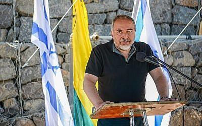 Le ministre de la Défense Avigdor Liberman s'exprime lors d'une visite sur le plateau du Golan près de la frontière syrienne le 10 juillet 2018. (Basel Awidat/Flash90)