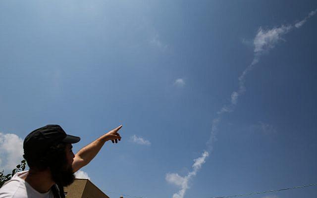 Une traînée de fumée d'un missile Patriot qui a intercepté un drone syrien qui est entré dans l'espace aérien israélien depuis la Syrie, observé au-dessus de la ville de Safed, au nord d'Israël, le 13 juillet 2018. (David Cohen/Flash90)