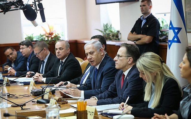 Le Premier ministre Benjamin Netanyahu dirige la rencontre hebdomadaire du gouvernement au bureau du Premier ministre de Jérusalem, le 15 juillet 2018 (Crédit :  Alex Kolomoisky/POOL YEDIOTH AHRONOTH)