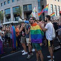 Des membres de la communauté LGBT et des sympathisants participent à une manifestation contre un amendement au projet de loi de la Knesset qui refuse la gestation pour autrui aux couples de même sexe, à Tel Aviv le 18 juillet 2018. (Miriam Alster/Flash90)