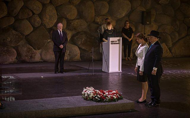 Le Premier ministre hongrois Viktor Orban et son épouse déposent une gerbe au musée du mémorial de la Shoah de Jérusalem, le 19 juillet 2018 (Crédit :  Hadas Parush/FLASH90)