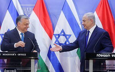 Benjamin Netanyahu et son homologue hongrois Viktor Orban durant une conférence de presse conjointe au bureau du Premier ministre de Jérusalem, le 19 juillet 2018. (Crédit : Marc Israel Sellem/POOL)