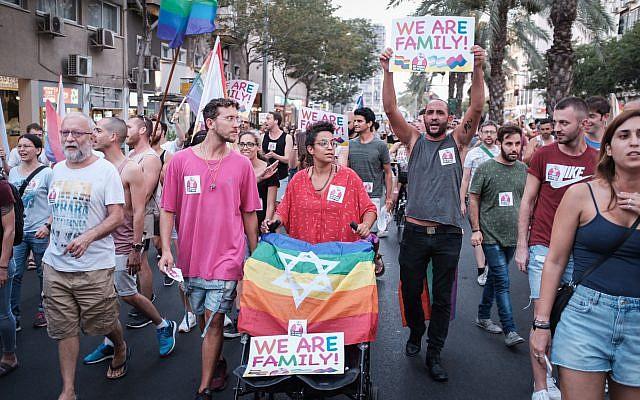 Les membres et les soutiens de la communauté participent à une manifestation contre l'amendement d'une loi à la Knesset qui refuse la GPA aux couples homosexuels aux abords de la résidence du Premier ministre à Jérusalem, le 18 juillet 2018 (Crédit : Tomer Neuberg/Flash90)