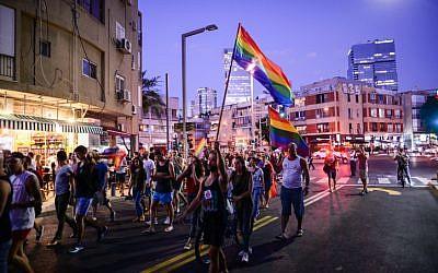 Les membres de la communauté LGBT et leurs soutiens participent à une manifestation contre l'amendement d'une loi à la Knesset interdisant le recours à la GPA aux homosexuels à Tel Aviv, le 19 juillet 2018 (Crédit : Tomer Neuberg/Flash90)