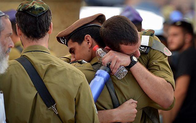 Des centaines de personnes sont venues à Petah Tikva, le 22 juillet 2018, pour l'enterrement du sergent Aviv Levi, qui a été tué vendredi par le tir d'un sniper palestinien à la frontière de Gaza (Crédit : Avi Dishi/FLASH 90)
