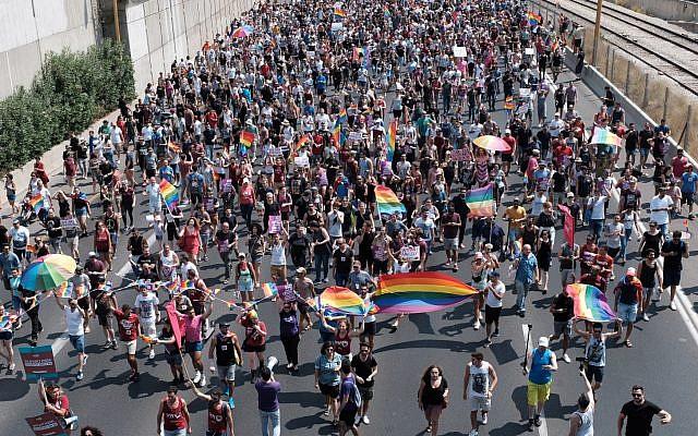 Des manifestants pour les droits des LGBT défilent sur l'autoroute Ayalon de Tel-Aviv, le 22 juillet 2018 (Crédit : Tomer Neuberg / Flash90)