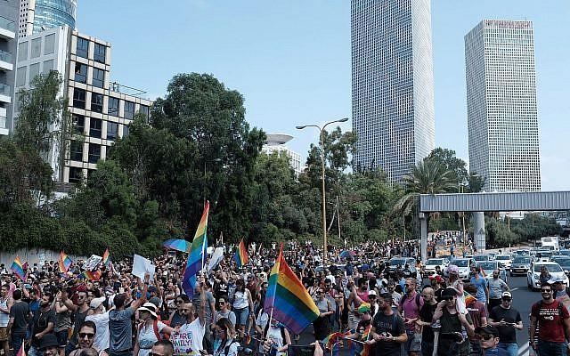 Les manifestants pour les droits LGBT défilent sur la voie express d'Ayalon à Tel Aviv, le 22 juillet 2018 (Crédit : Tomer Neuberg/Flash90)