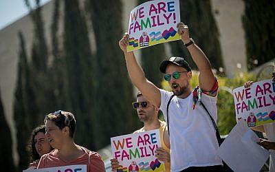 Des membres de la communauté LGBT et des sympathisants participent à une manifestation contre un amendement de la Knesset refusant la gestation pour autrui pour les couples gays, aux abords de la cour suprême de Jérusalem, le 23 juillet 2018 (Crédit : Yonatan Sindel/Flash90)