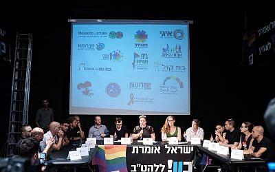 Les membres de l'association LGBT lors d'une conférence de presse à Tel Aviv, le 25 juillet 2018 (Crédit : Tomer Neuberg/Flash90)