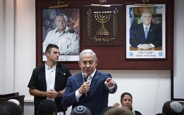 Le Premier ministre Benjamin Netanyahu parle avec de jeunes recrues sur une base militaire à   Tel HaShomer, le 26 juillet 2018 (Crédit : Miriam Alster/Flash90)