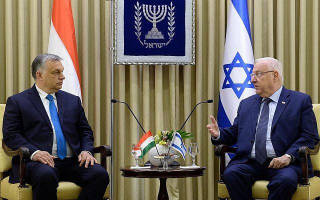 Le président Rivlin, (à droite), accueille le Premier ministre hongrois Viktor Orban dans sa résidence officielle à Jérusalem, le 19 juillet 2018 (Avi Kanner).