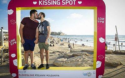 Les couples de Tel Aviv sont invités à montrer leur amour dans des Kissing Spots, installés pour Tou BeAv, la Saint-Valentin d'Israël (Avec l'aimable autorisation de Guy Yechiely).