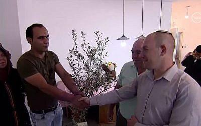 Abed, à gauche, rencontre Ariel Bir, un israélien résident des implantations qu'il a sauvé d'une voiture accidentée. (Crédit : Dixième chaîne)