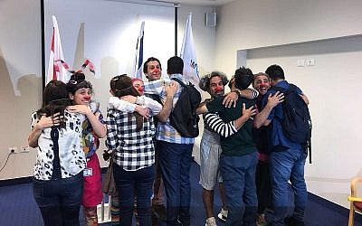 Un groupe de Yézidis d'Irak (le dos à la caméra) avec les formateurs israéliens qui les ont formé au travail de clown en milieu médical, au mois de juin 2018 (Crédit : ministère des Affaires étrangères israélien)