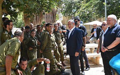 Le Premier ministre Benjamin Netanyahu rencontre des soldats durant une visite à la division de Gaza de l'armée israélienne dans un contexte de renforcement des violences depuis l'enclave côtière, le 17 juillet 2018 (Crédit : Kobi Gideon/GPO)