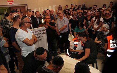 Des amis et des membres de la famille veillent la dépouille de Yotam Ovadia, 31 ans, le 27 juillet 2018. Ovadia a été assassiné près de chez lui dans l'implantation d'Adam lorsqu'un adolescent palestinien l'a poignardé et blessé deux autres Juifs lors d'une attaque terroriste le 26 juillet 2018. (Yonatan Sindel/Flash90)