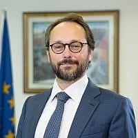 L'ambassadeur de l'UE en Israël Emanuele Giaufret dans son bureau de Ramat Gan en décembre 2017 (Crédit :  Ariel Zandberg)