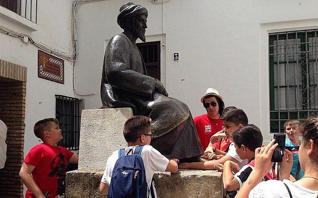 Touristes au musée Casa Sefarad à Cordoue, Espagne. (Julie Masis/ Times of Israel)