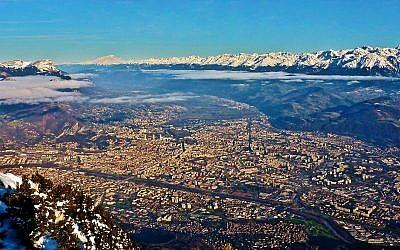 Vue sur l'agglomération Grenobloise depuis le sommet du Moucherotte (1901 m). Vue sur les massifs de Chartreuse, du Mont Blanc, de Belledonne et des Grandes Rousses. (Crédit Bertrand93/Wikimedia Commons)
