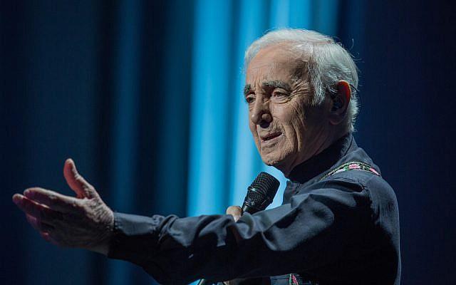 Charles Aznavour revient en Israël pour un seul concert au Heyhal Menorah Mivtahim (Tel Aviv), le 29 juin 2019. (Crédit photo : Nicolas Aznavour)