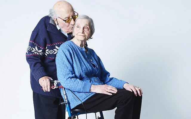 Meijer et Tedje van der Sluis durant le tournage à Amsterdam d'un documentaire de 2018 sur leur mariage (Crédit :Merlijn Doomernik/via JTA)