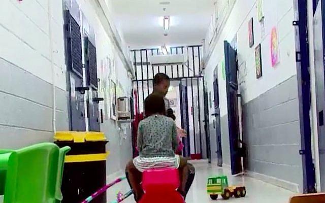 Les enfants d'une migrante africaine du Nigéria emprisonnés à ses côtés à Ramle, alors qu'Israël tente d'obtenir son expulsion (Capture d'écran : Dixième chaîne)