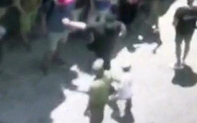 Capture d'écran d'un membre suisse de l'observatoire du PITH giflant un jeune Juif durant une visite de la ville de Hébron, en Cisjordanie, le 11 juin 2018 (Capture d'écran: Hadashot TV news)