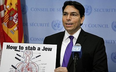 Illustration : L'ambassadeur d'Israël aux Nations unies, Danny Danon, enseigne à des journalistes comment les écoles palestiniennes enseignent à poignarder un juif (Crédit : Loey Felipe)