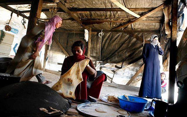 Photo d'illustration de bédouines préparant de la pita, le 9 mai 2006 (Crédit : Nati Shohat /Flash90)