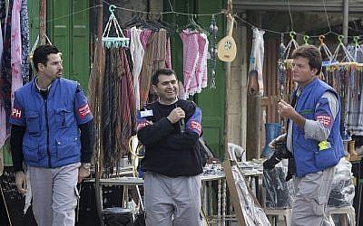 Des observateurs du TIPH, une mission de surveillance internationale, marchent dans une rue de Hébron le 19 novembre 2007 (Nati Shohat/Flash90).