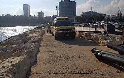 Les personnels de secours sur le front de mer de Tel Aviv ont retrouvé la dépouille d'une jeune fille de 20 ans, noyée, le 30 juillet 2018 (Crédit : Magen David Adom)