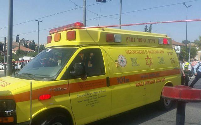 Une ambulance du Magen David Adom emmène un Israélien blessé à l'hôpital après avoir été poignardé dans la rue HaNeviim de Jérusalem le 16 mai 2016. (Magen David Adom)