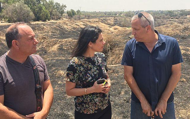 La ministre de la Justice Ayelet Shaked (C) rencontre des habitants des villages israéliens près de la bande de Gaza le 3 juillet 2018, dans un champ brûlé par des ballons et des cerfs-volants incendiaires. (Autorisation)