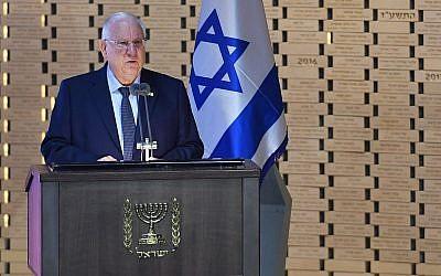 Le président Reuven Rivlin s'exprime lors d'une cérémonie de commémoration des soldats israéliens tués pendant la guerre de Gaza, en 2014, au cimetière militaire du mont Herzl à Jérusalem, le 3 juillet 2018 (Crédit : Kobi Gideon/GPO)