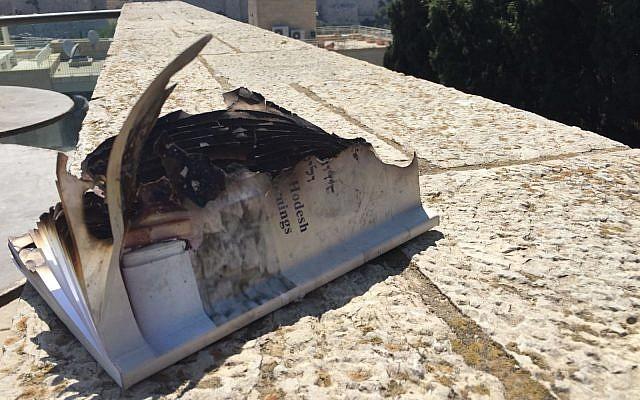 Un livre de prière qui aurait été incendié par des manifestants ultra-orthodoxes opposés à un rassemblement libéral de prière mené par des femmes au mur Occidental, le 13 juillet 2018 (Crédit :  Elizabeth Kirshner)