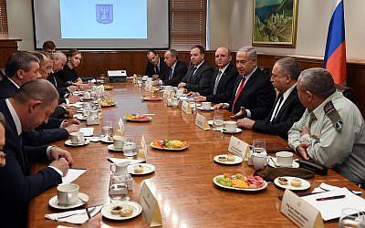 Le Premier ministre Netanyahu accueille une délégation russe de haut rang, conduite par le ministre des Affaires étrangères Sergueï Lavrov, au bureau du Premier ministre à Jérusalem, le 23 juillet (Crédit : Haim Zach / GPO)
