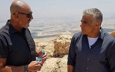 David Elhayani (à gauche), président du Conseil régional de la vallée du Jourdain, s'adresse au président de Yesh Atid, Yair Lapid, devant un belvédère au-dessus de la vallée du Jourdain, le 23 juillet 2018. (Autorisation)