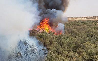 Un incendie près du kibboutz Reim, à l'est de la frontière avec Gaza, le 25 juillet 2018 (Autorisation : Services des incendies et des secours, district du sud)