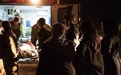 Les personnels médicaux de l'armée israélienne amènent des ressortissants syriens blessés au sein de l'Etat juif pour y être pris en charge dans un hôpital, le 29 juin 2018 (Crédit : Armée israélienne)