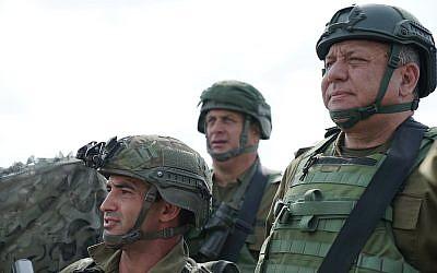 Le chef d'Etat major Gadi Eizenkot, (à droite), se rend sur les lieux de la mort du sergent Aviv Levi, qui a été pris pour cible par un sniper palestinien le long de la frontière avec Gaza, le 22 juillet 2018 (Crédit : Armée israélienne)