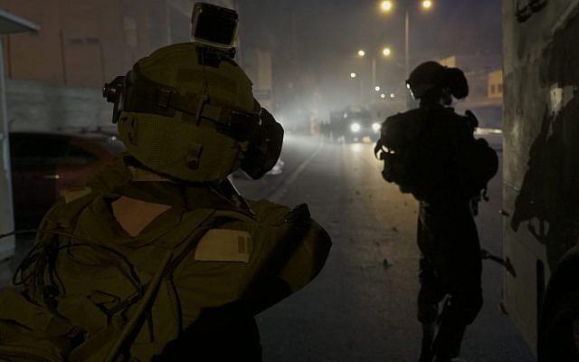 Les soldats israéliens durant un raid d'arrestation dans le camp de réfugiés de Deheishe sur une photo diffusée le 23 juillet 2018 (Crédit : porte-parole de l'armée israélienne)
