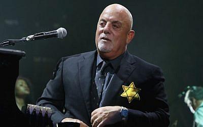 Billy Joel porte une veste avec l'étoile de David durant le rappel de son spectacle qui s'est joué à guichets fermés au Madison Square Garden à New York City le 21 août 2017 (Crédit : Myrna M. Suarez/Getty Images via JTA)