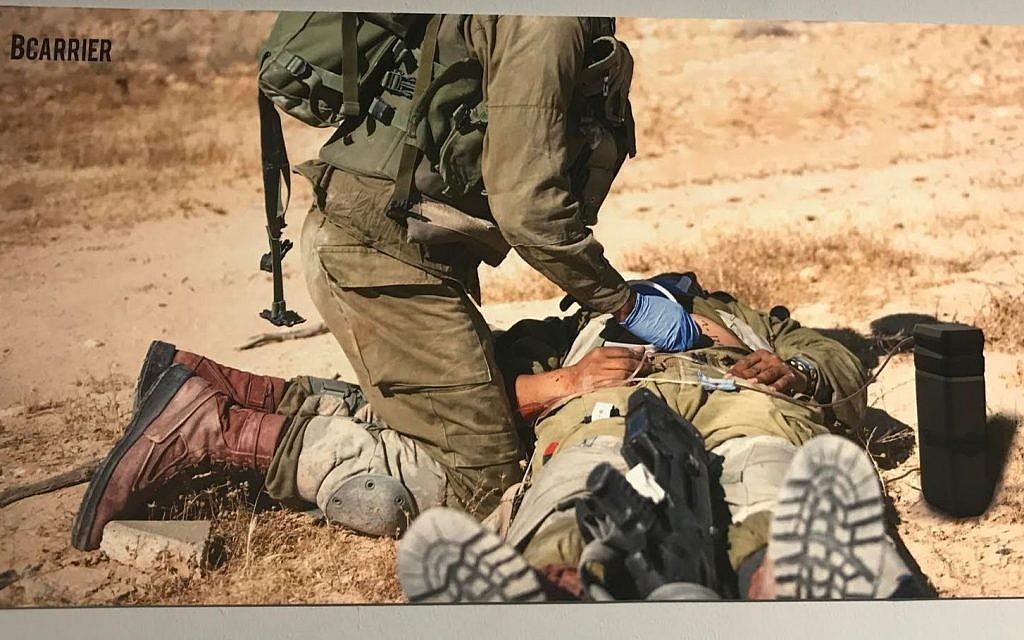 Photo d'illustration d'un soldat utilisant  BCarrier lors d'une exposition des diplômés de l'académie des arts et du design Bezalel, le 18 juillet 2018 (Crédit : Ariella Gentin/Times of Israel)