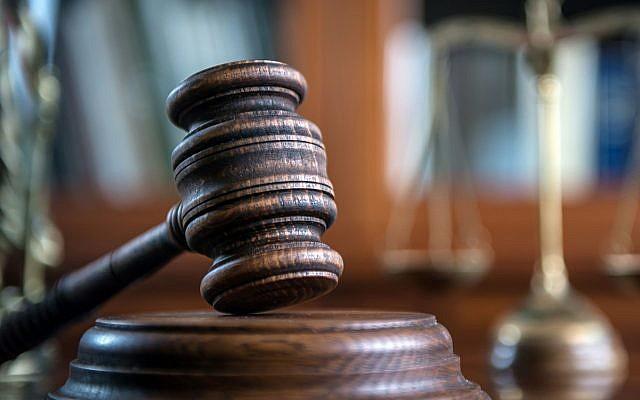Symboles du droit et de la justice, comprenant un maillet de juge, des livres, la balance de la justice (Michał Chodyra ; iStock by Getty Images).