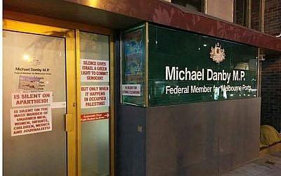 Le bureau du député australien Michael Danby avec des étiquettes anti-Israel, le 15 juillet 2018. (Crédit : Anti-Defamation Commission)